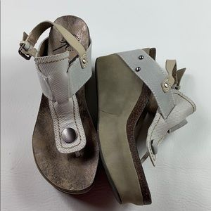 Nwot OTBT Joyride grey & taupe wedge thong sandals